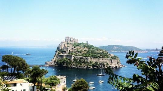 cartaromana guardando il castello aragonese